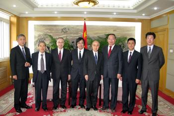 国務院新聞弁公室の副主任である王国慶氏を訪問